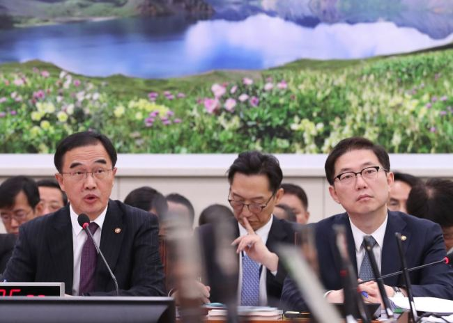 Unification Minister Cho Myoung-gyon (L) speaks at a parliamentary audit of his ministry on Thursday. (Yonhap)