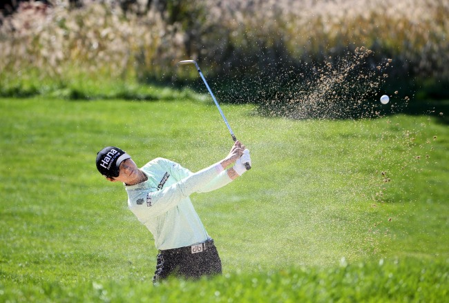 Park Sung-hyun of South Korea takes her bunker shot at the fifth hole during the second round of the LPGA KEB Hana Bank Championship at Sky 72 Golf Club`s Ocean Course in Incheon, 40 kilometers west of Seoul, on Oct. 12, in this photo courtesy of the tournament organizers. (Yonhap)