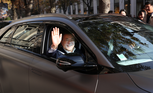President Moon test rides Hyundai's Nexo FCEV in Paris on Sunday afternoon, local time. (Yonhap)