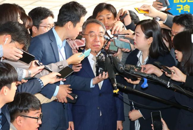 Lim Jong-hun, former deputy chief of the National Court Administration, appears to attend a prosecutorial investigation in front of Seoul Central District Prosecutors' Office, Monday. (Yonhap)