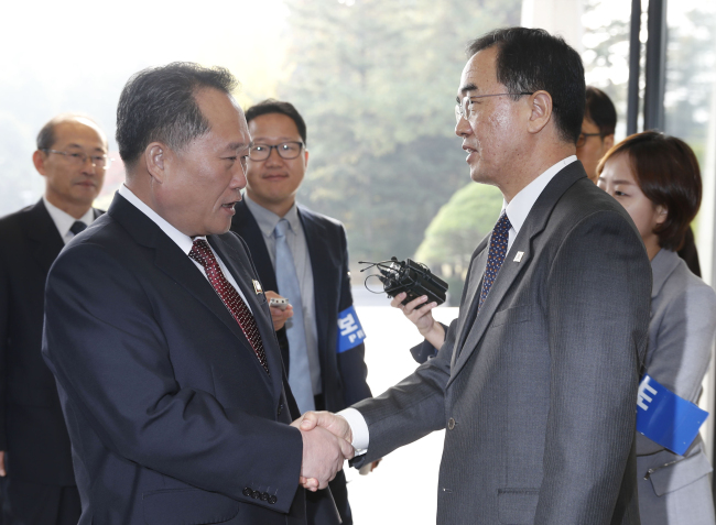 Ri Son-gwon, chairman of the Committee for the Peaceful Reunification of the Country (right) shakes hands with South Korean Unification Minister Cho Myoung-gyon at the truce village of Panmunjom on Monday. (Yonhap)