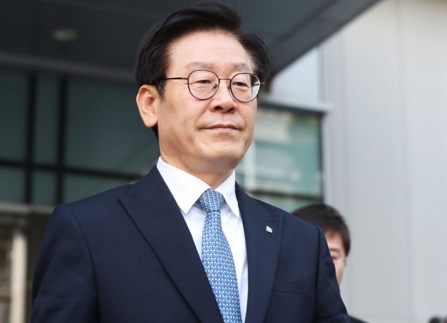 Gyeonggi Province Gov. Lee Jae-myung walks out of Ajou University Hospital on Tuesday. (Yonhap)