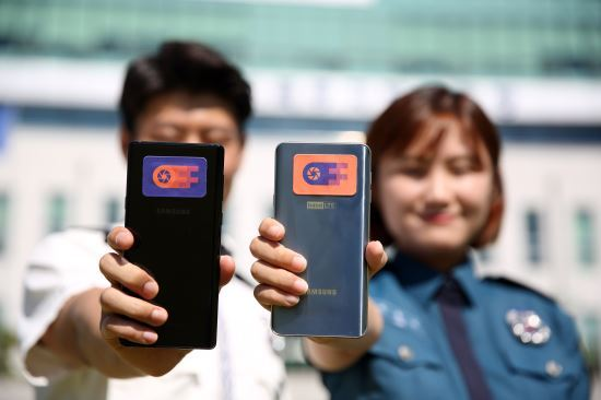 Police officers hold up smartphones with the controversial stickers on their phones.(Gyeonggi Bukbu Provincial Police Agency)