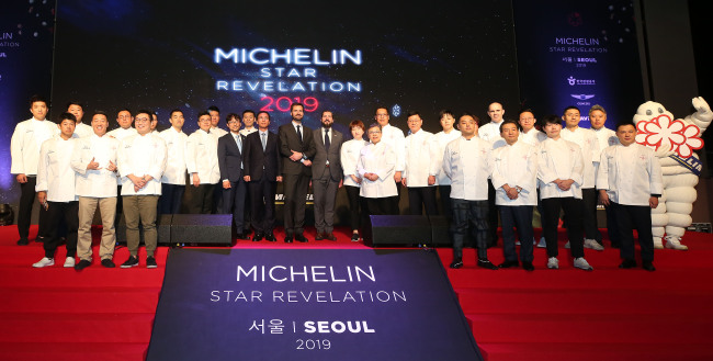 """Korea's Michelin star recipients pose at the """"Michelin Guide Seoul 2019"""" award event held at Grand InterContinental Seoul Parnas in southern Seoul on Thursday. (Yonhap)"""