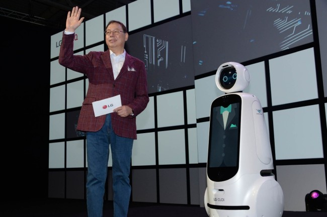 LG CEO Jo Seong-jin introduces LG CLOi Robot at IFA 2018 in Germany in September. (LG Electronics)