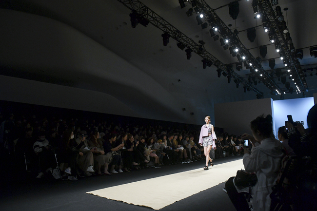 A model presents a creation by Ti:baeg during 2019 Spring-Summer Hera Seoul Fashion Week at Dongdaemun Design Plaza in central Seoul on Wednesday. (Seoul Design Foundation)