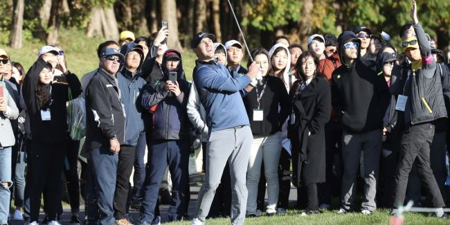 Brooks Koepka of the United States watches his shot on the 10th hole during the first round of the CJ Cup PGA golf tournament at Nine Bridges on Jeju Island, South Korea, Thursday, Oct. 18. (AP-Yonhap)