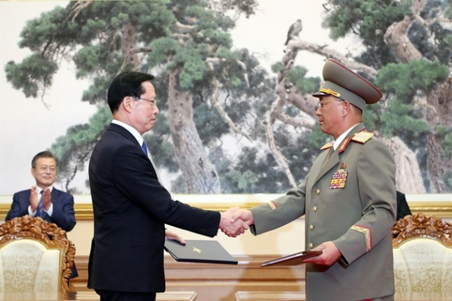 Then Defense Minister Song Young-moo and his North Korean counterpart No Kwang-chol shake hands after signing an inter-Korean military agreement in Pyongyang on Sept. 19. Yonhap