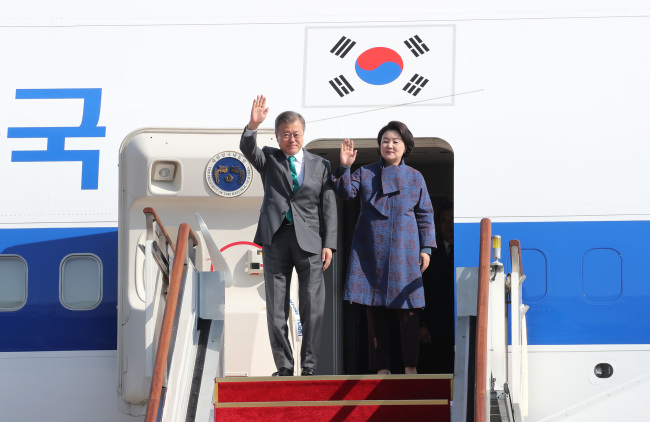 President Moon Jae-in and first lady Kim Jong-sook arrived in Seoul on Sunday after wrapping up trips to European countries. Yonhap