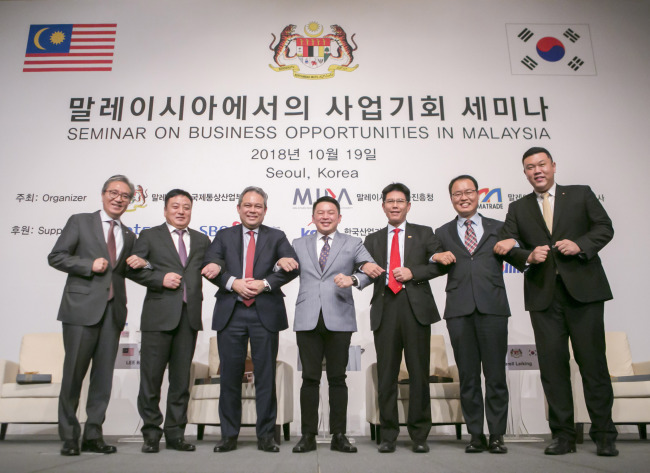 Malaysian Minister of International Trade and Industry Darell Leiking (center) poses with MIDA CEO Dato Azman Mahmud (third from left), MATRADE CEO Mohd Shahreen Zainooreen Madros (third from right) and Korean officials, a scholar and a corporate executive, at a business seminar on Malaysia in Seoul on Friday. (Malaysian Investment Development Authority)