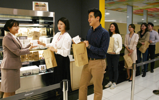 Employees take to-go food in reusable paper bags at a cafeteria at a Samsung affiliate. (Samsung Electronics)
