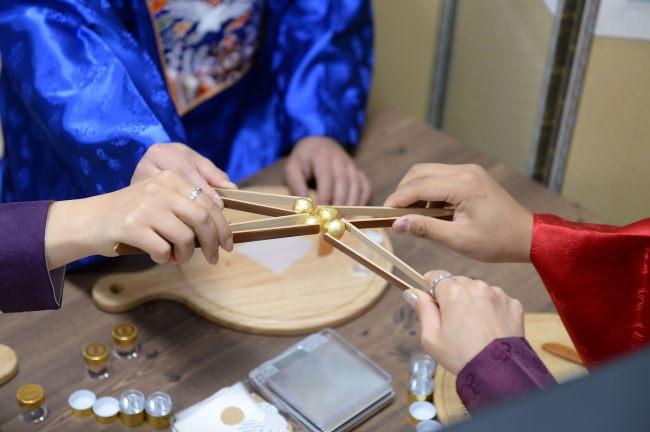 A hands-on program making herbal medicine at Donguibogam Village (GNC21)