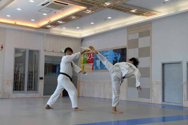 A taekwondo demonstration at Daemyoung Taekwondo in Busan. (GNC21)