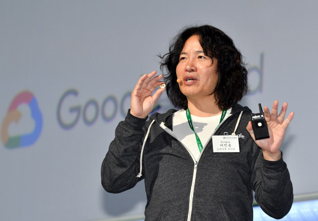 Rhee In-jong, vice president of IoT and entrepreneur-in-residence at Google, delivers a keynote speech at the Google Cloud Summit held at Coex in Seoul, Thursday. (Google Korea)