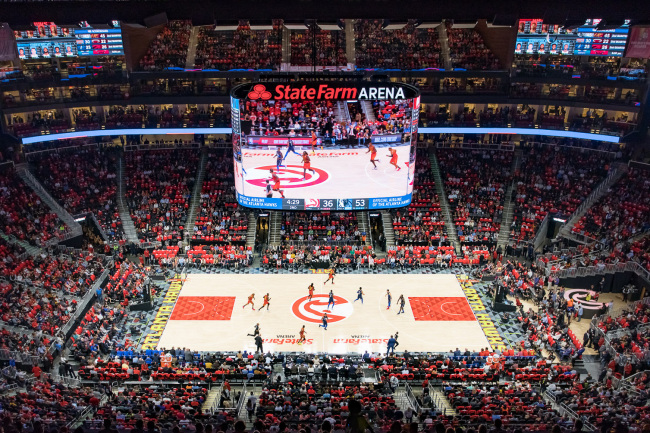LIGHTING UP ARENA -- The State Farm Arena, home to the US NBA team Atlanta Hawks, is now equipped with new videoboards, featuring 12,000 square feet of Samsung Smart LED signage. The main, center-hung video board is not only the NBA's first 360-degree, continuous video screen, but also the first arena bowl to feature HD-quality, 6 mm LED video display technology, Samsung said Sunday. (Samsung Electronics)