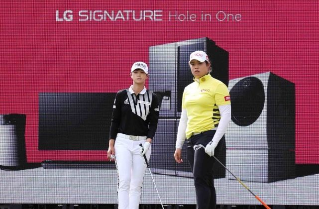 South Korea`s Park Sung-hyun, left, and Ariya Jutanugarn of Thailand (Yonhap)