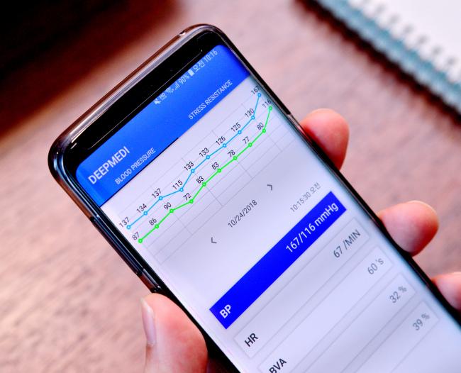 Deep Medi's blood pressure measuringi app (Park Hyun-koo/The Korea Herald)