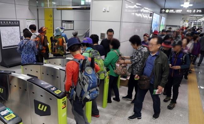 Elderly Koreans at a Seoul Metro station. (Yonhap)