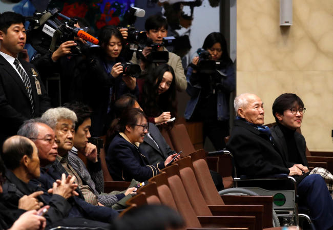 Lee Choon-shik, a victim who was forced to work for a Japanese company during World War II, sits inside the Supreme Court in Seoul on Oct. 30. (Reuters)
