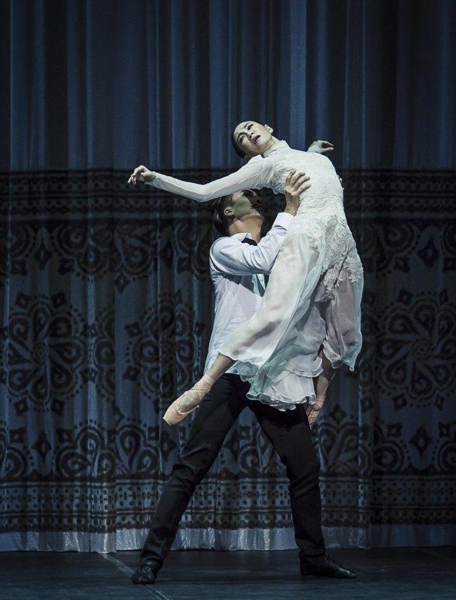 "The Korean National Ballet's principal dancer, Kim Ji-young (right), performs with Lee Jae-woo during a ""Mata Hari"" press call Tuesday afternoon at the Seoul Arts Center. (Yonhap)"