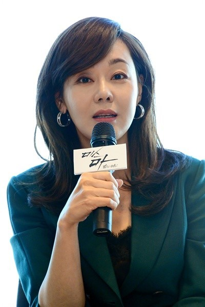 "Kim Yun-jin speaks during a press event held to promote SBS series ""Ms. Ma, Goddess of Revenge"" in September in western Seoul. (SBS)"