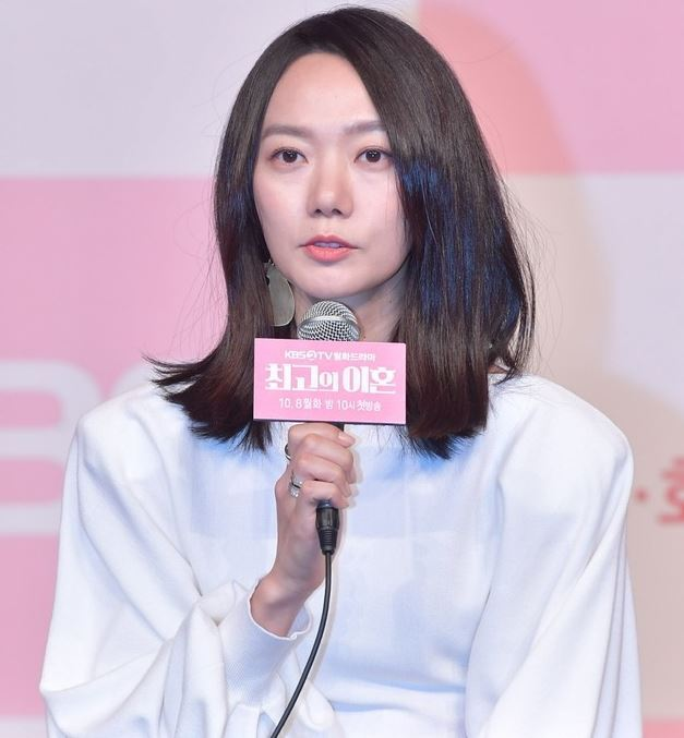"Bae Doo-na speaks at a press event held to promote MBC TV series ""The Best Divorce"" in October in western Seoul. (KBS)"