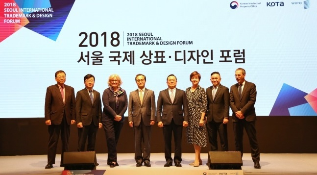 Korean Intellectual Property Office Commissioner Park Won-joo (fourth from left) poses with VIPs at the Seoul International Trademark and Design Forum held Tuesday at Imperial Palace Seoul. (KIPO)