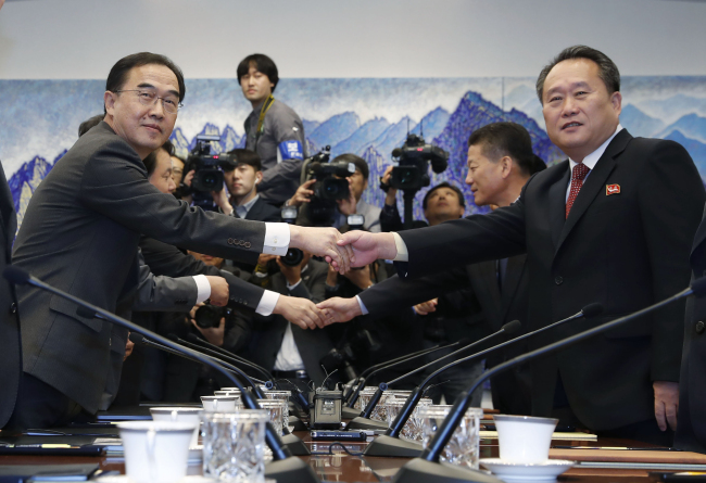 South Korean Unification Minister Cho Myoung-gyon, left, shakes hands with Ri Son-gwon, chairman of the Committee for the Peaceful Reunification of the Country at high-level talks held in Panmunjom on Oct. 15. (Yonhap)