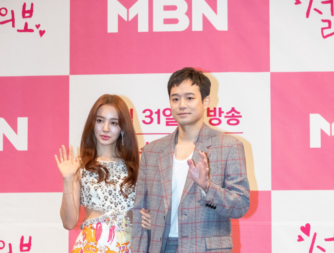 Yoon Eun-hye (left) and Chun Jung-myung pose together during a press conference in Seoul on Wednesday. (MBN)