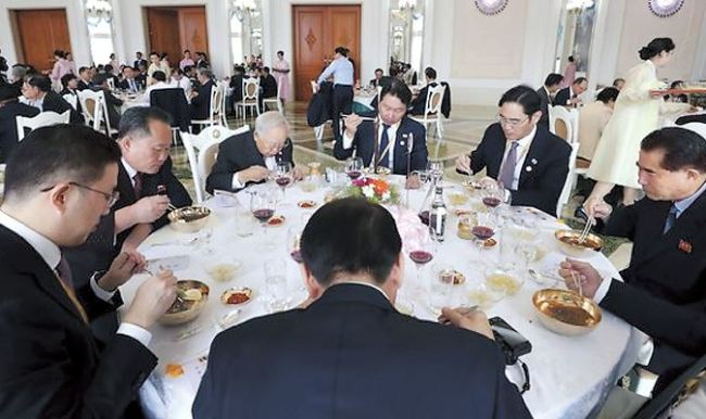 Ri Son-kwon (second from left), chairman of North Korea's Committee for the Peaceful Reunification of the Country, and a group of South Korean business leaders, eat naengmyeon at the restaurant Okryugwan in Pyongyang on Sept. 19. (Joint Press Corps)