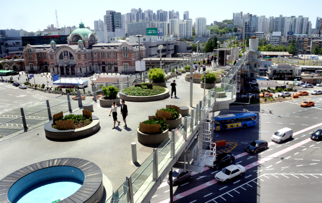 The Seoullo 7017 park opened in May 2017, having been refashioned from a dilapidated overpass as part of the Seoul government's urban regeneration program. (Park Hyun-koo/The Korea Herald)