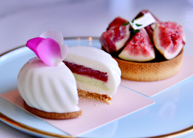 The patisserie's namesake dessert L'aubenuit (front) marries strawberry coulis with a fragrant basil-infused ganache, while A'demain (back) features fresh figs over an aromatic dried fig and wine paste, lemon genoise, Earl Grey ganache and a thin and crisp tart shell. (Park Hyun-koo/The Korea Herald)