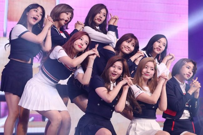 "Popular girl group Twice performs during a press showcase for their album ""SIGNAL"" at Blue Square in Seoul in May 2017. (Yonhap)"