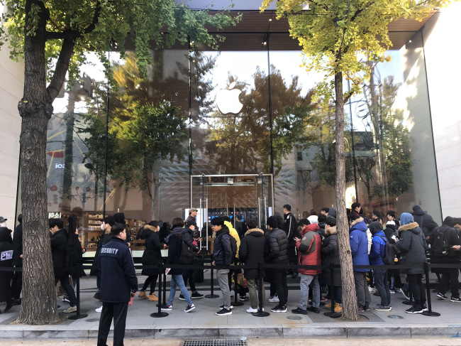 Koreans line up in front of Apple Store Korea on Nov. 2 for Apple's new iPhone XR, XS and XS Max and Apple Watch Series 4. (Lim Jeong-yeo / The Korea Herald)