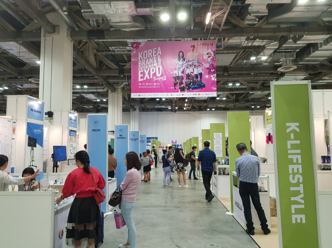 Visitors looks around the booths at the Korea Brand & Entertainment Expo in Singapore on Friday. (Kim So-hyun/The Korea Herald)