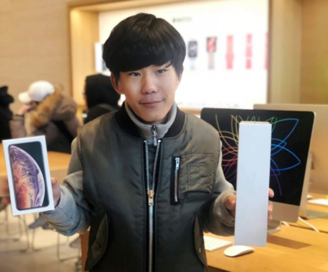 Kim Sang-hyuk, 25, was the first purchaser of the day at Apple Store Korea. (Lim Jeong-yeo / The Korea Herald)
