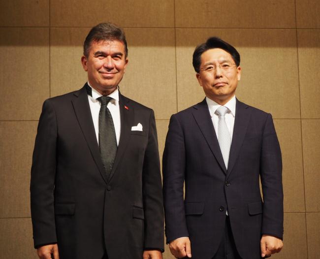 Turkish Ambassador to Korea Ersin Ercin (left) poses with Korean Foreign Ministry spokesperson Noh Kyu-duk at its National Day reception in Seoul on Oct. 29. (Joel Lee/The Korea Herald)