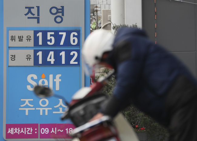 A filling station in Seoul's Dongjak-gu sells gasoline at 1,576 won ($1.40) per liter on Tuesday. (Yonhap)