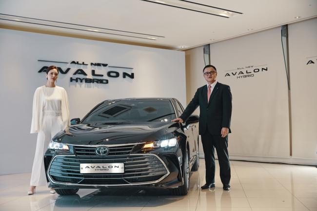 Toyota Korea CEO Nobuyuki Takemura (right) poses at the launch event of the all new Avalon hybrid flagship sedan in central Seoul, Tuesday. (Toyota Korea)