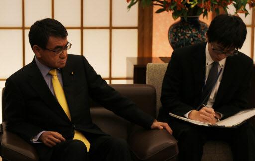 Japanese Foreign Minister Taro Kono (left) (Yonhap)
