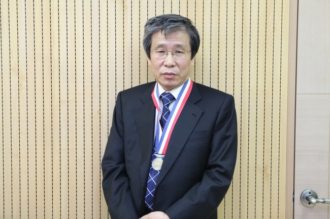 Professor Kim Seong-kon with the Officer's Cross