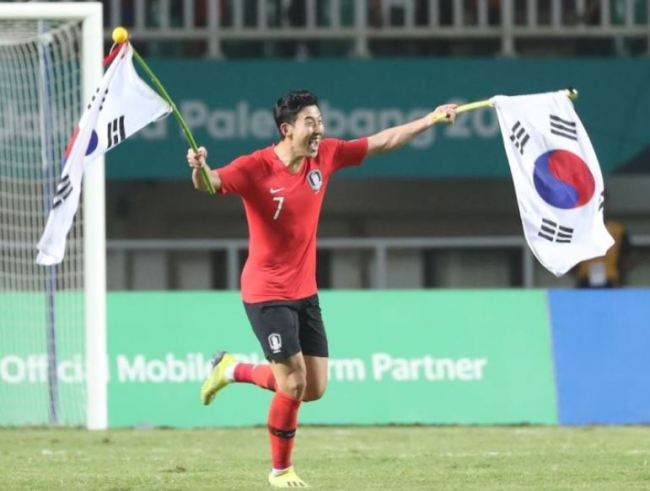 South Korea`s Son Heung-min celebrates with Korean national flags after winning Japan during the soccer men`s gold medal match at the 2018 Asian Games in Bogor, Indonesia, Saturday, Sept. 1. South Korea won 2-1. (Yonhap)