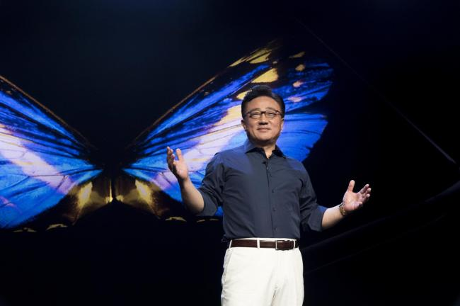 Samsung Electronics President Koh Dong-jin speaks at the Samsung Developer Conference, where the company unveiled the display of its first foldable smartphone in San Francisco on Wednesday. (Yonhap)