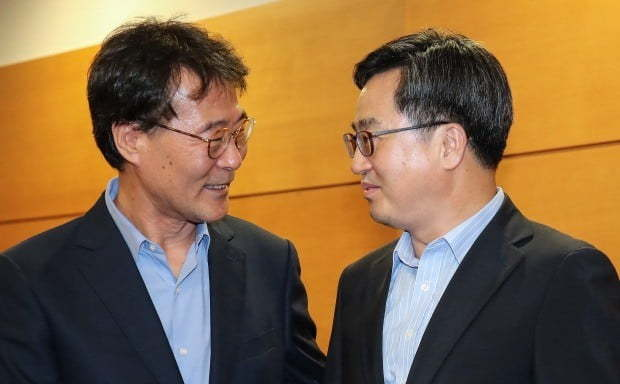 Jang Ha-sung (left) meets with Kim Dong-yeon in August, amid burgeoning rumors on their policy dissent and their possible replacement. (Yonhap)