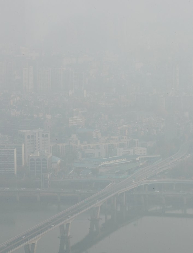 Downtown Seoul shrouded in gray dust Sunday morning. (Yonhap)