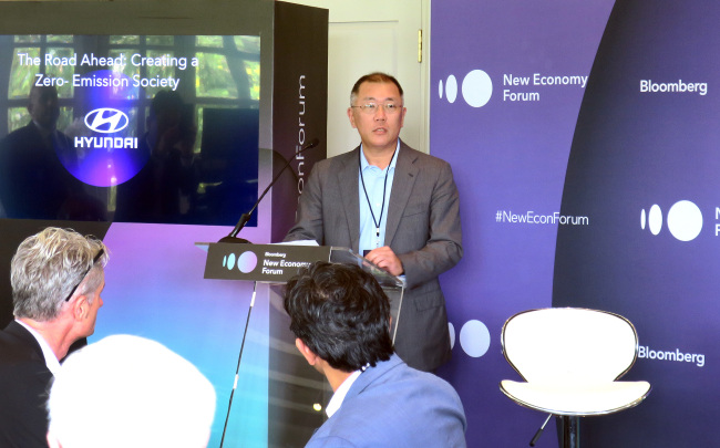 Hyundai Motor Executive Vice Chairman Chung Eui-sun gives an opening speech at a discussion session arranged by Hyundai Motor at the Bloomberg New Economy Forum in Singapore last week. (Hyundai Motor)
