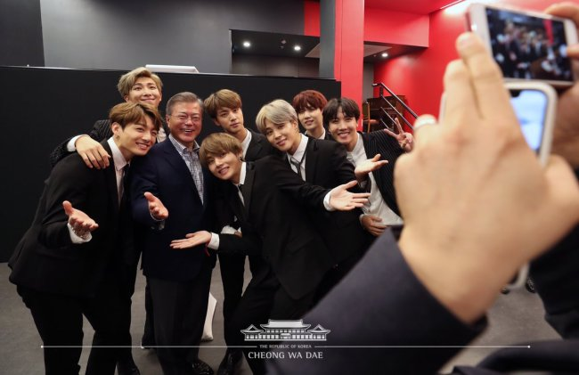 BTS poses next to President Moon Jae-in after its performance in Paris on Oct. 14, local time. This photo was shared on Cheong Wa Dae`s official Twitter account. (Twitter @TheBlueHouseKR)