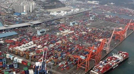 (This undated photo shows containers carrying export goods in Busan, South Korea`s largest seaport / Yonhap)