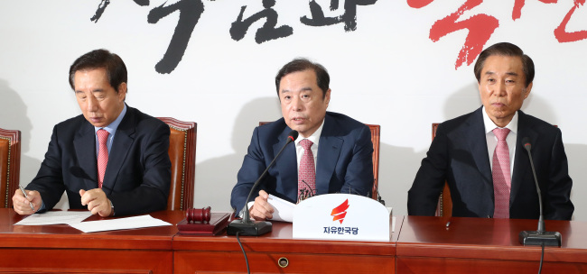 Interim chief of Liberty Korea Party, Kim Byong-joon (center), speaks at a party meeting at the party's headquarter in Seoul on Monday. (Yonhap)