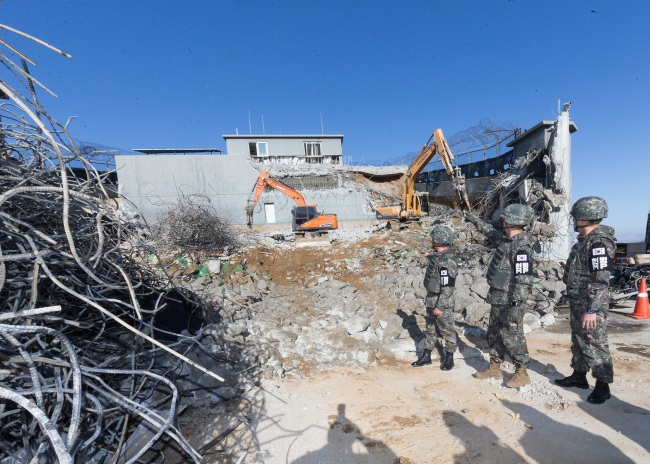 Army chief of staff Gen. Kim Yong-woo visited the DMZ Monday to observe the destruction work of guard posts. Yonhap